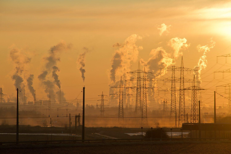 Sonne geht zwischen Industriekulisse unter