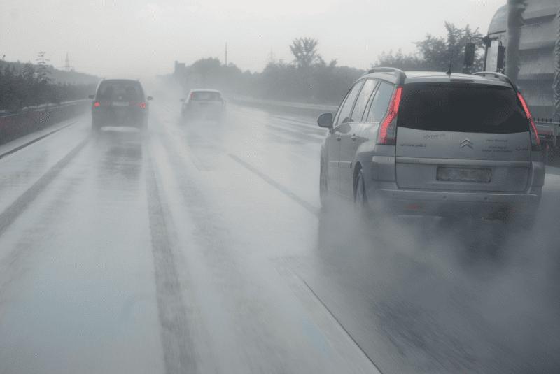 Schlechte Sicht durch Aquaplaning auf deutschen Straßen