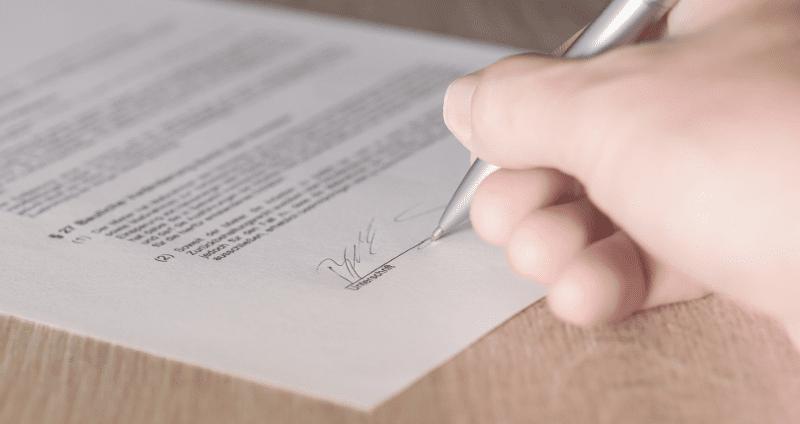 Ein Vertrag wird unterschrieben
