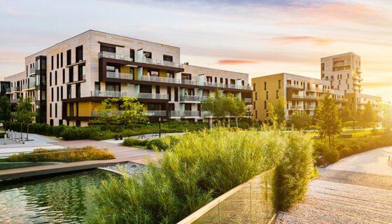 Wohnhäuser Im Sonnenaufgang Mit Grünanlagen
